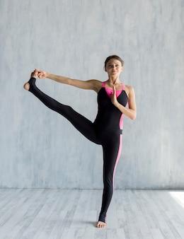 Mulher, executar, um, estendido, mão-to-big-toe, pose