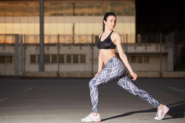 Mulher, exercícios, em, ao ar livre
