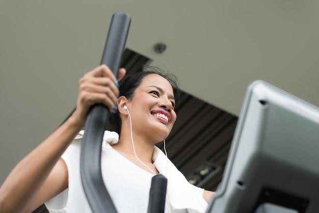 Mulher exercitando e trabalhando na academia de ginástica