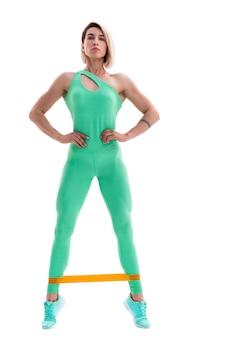 Mulher exercitando faixas de resistência de fitness em silhueta de estúdio i