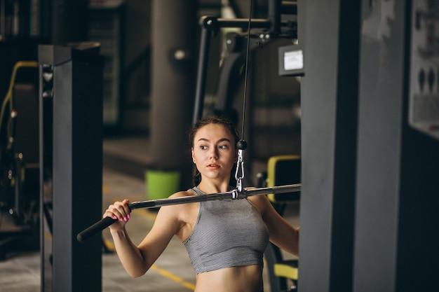 Mulher exercitando na academia sozinha