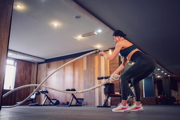 Mulher exercitando na academia