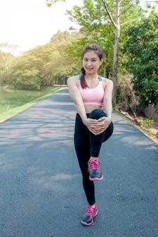 Mulher exercitando no parque.