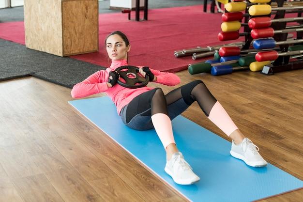 Mulher, exercitar, abs, com, peso, prato