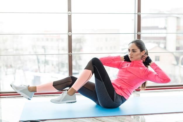 Mulher, exercitar, abs, em, ginásio