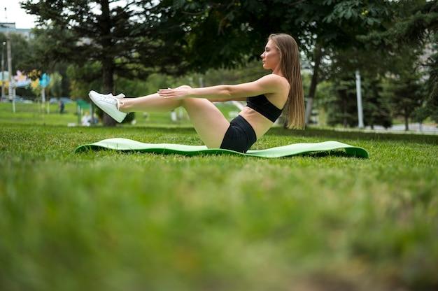 Mulher, exercitar, baixo, ângulo, tiro