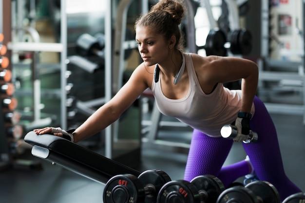 Mulher, exercitar, com, dumbbell, perto, banco