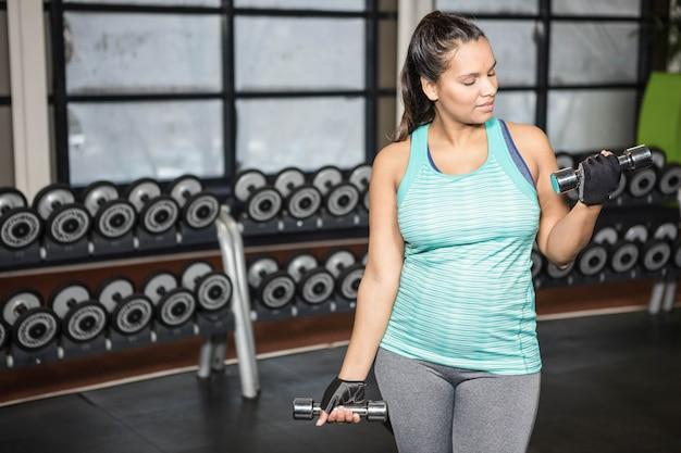 Mulher, exercitar, com, dumbbells, em, ginásio