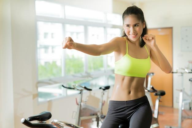 Mulher, exercitar, em, ginásio, ciclismo, para, perda peso, para, boa saúde