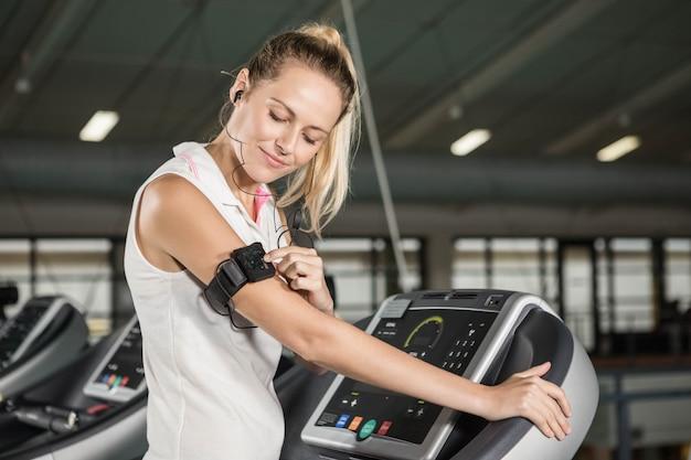 Mulher exercitar em uma esteira em um ginásio