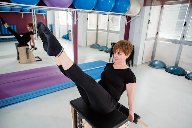Mulher, exercitar, ligado, combo, wunda, pilates, cadeira