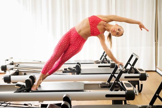 Mulher, exercitar, sereia, estiramento, reformer, cama