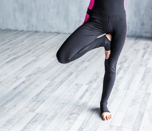 Mulher, exercitar, um, árvore, ioga posa