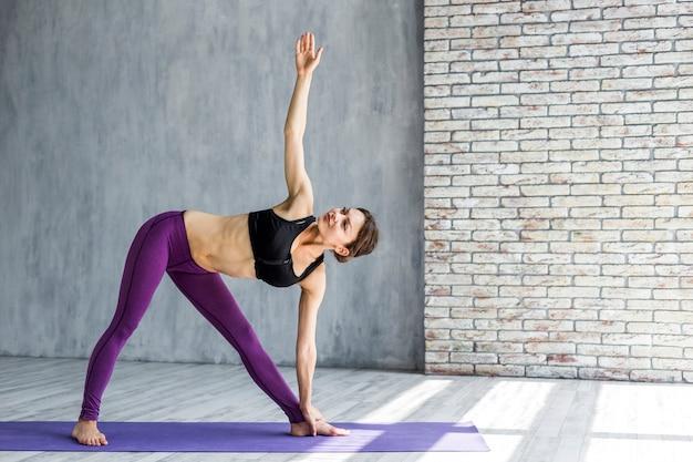 Mulher, exercitar, um, lado, estiramento