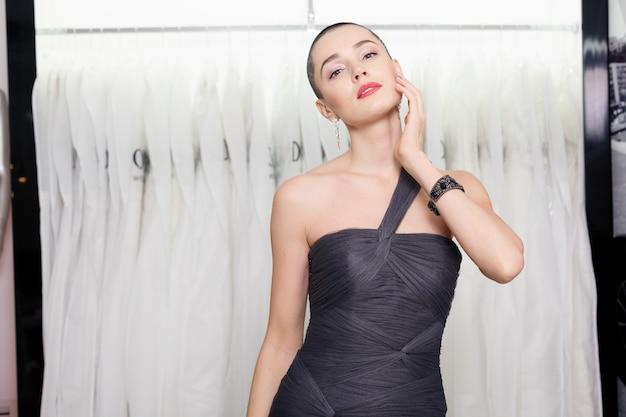 Mulher exótica com cabelo curto, retrato de estilo de beleza. menina da moda posando na loja de roupas