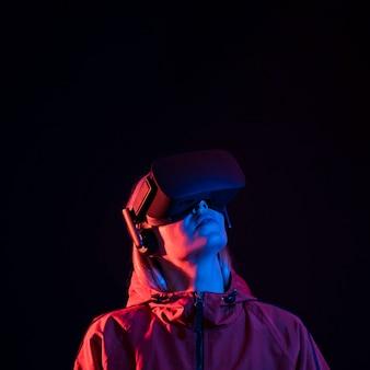 Mulher experimentando realidade virtual em close-up