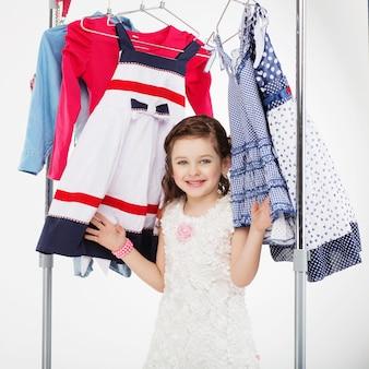 Mulher experimentando roupas novas em branco