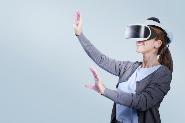 Mulher experimentando tecnologia de entretenimento de rv