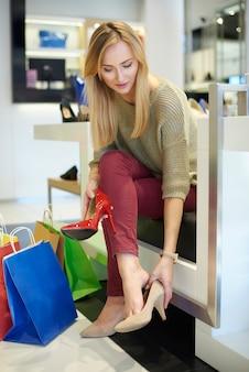 Mulher experimentando um novo par de sapatos