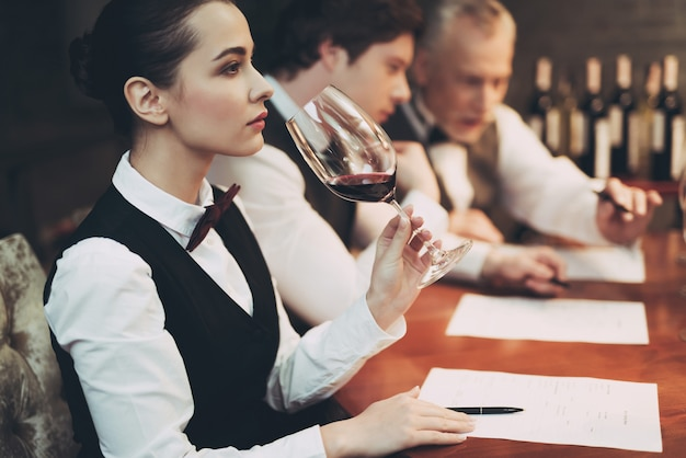 Mulher explora o sabor do vinho no restaurante. degustação de vinho.