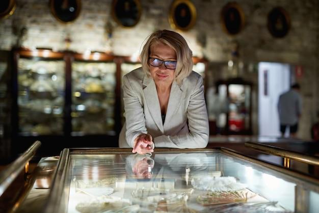 Mulher explorando exposições em museu