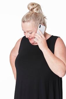 Mulher falando ao telefone, close-up e fotos de roupas de tamanho