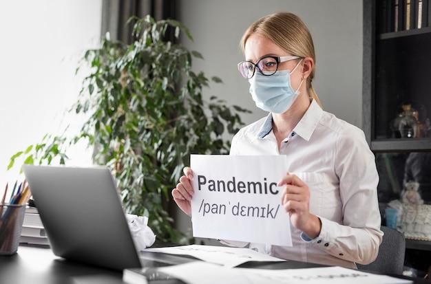 Mulher falando de pandemia com seus alunos