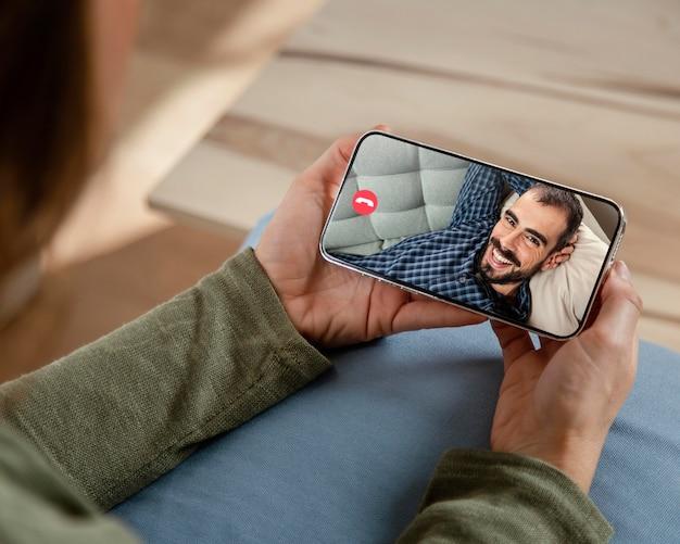 Mulher falando em videochamada com um amigo no telefone