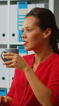 Mulher falando em videochamada e sorrindo durante a conferência online. freelancer trabalhando com equipe de negócios remotamente discutindo bate-papo em reunião virtual online, webinar usando tecnologia de internet