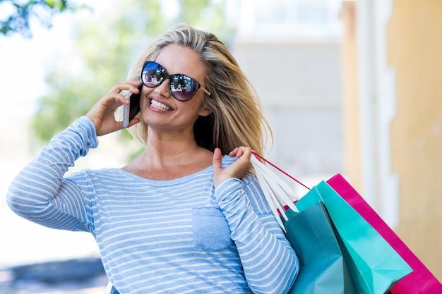 Mulher falando no celular na rua