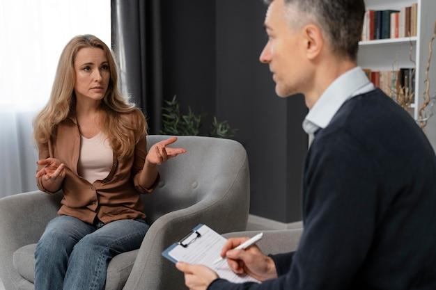 Mulher falando no meio do tiro com terapeuta