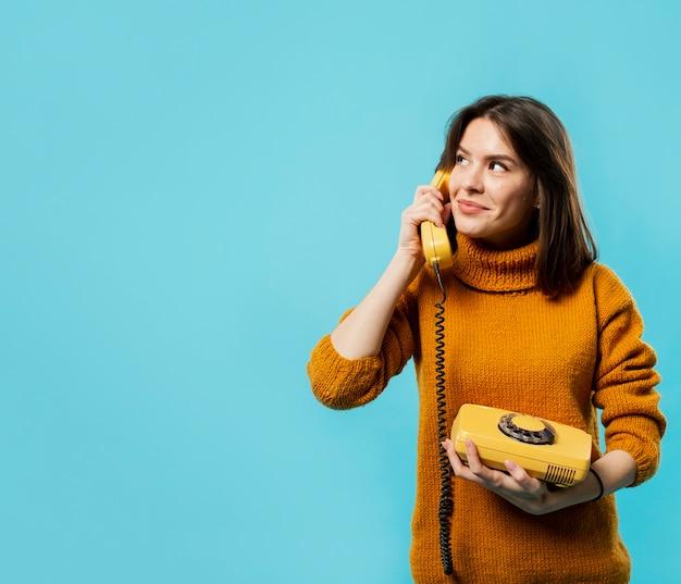Mulher falando no telefone com espaço de cópia