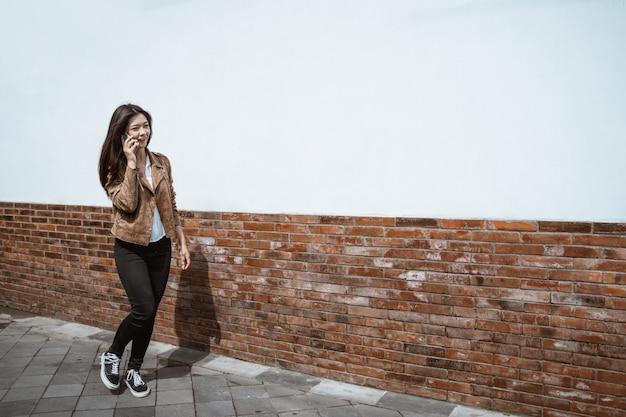 Mulher falando no telefone enquanto caminhava na cidade