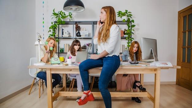 Mulher, falando, smartphone, escritório