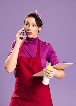 Mulher falando sobre seu trabalho e fazendo tarefas domésticas