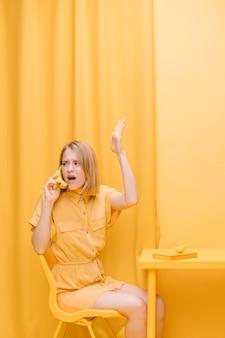 Mulher, falando, telefone, amarela, cena