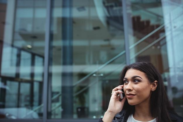 Mulher falando telefone móvel