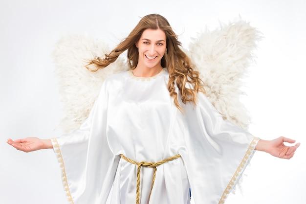 Mulher fantasiada de anjo