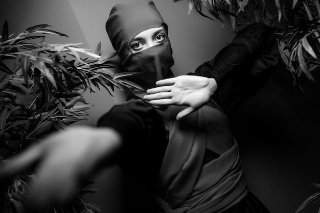 Mulher fantasiada de ninja