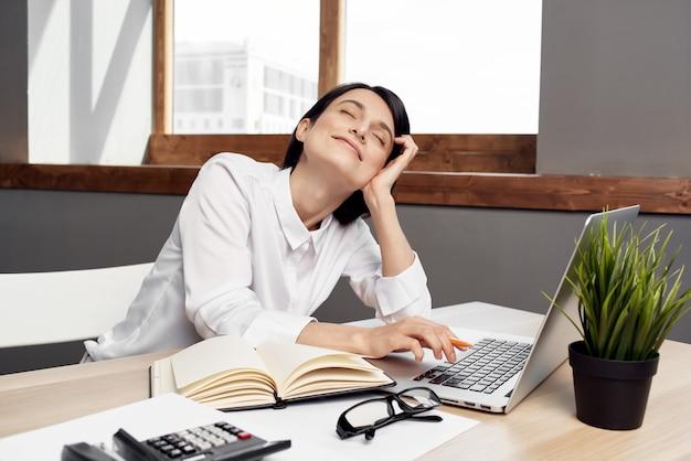 Mulher fantasiada na frente da secretária do laptop, estilo de vida do estúdio executivo