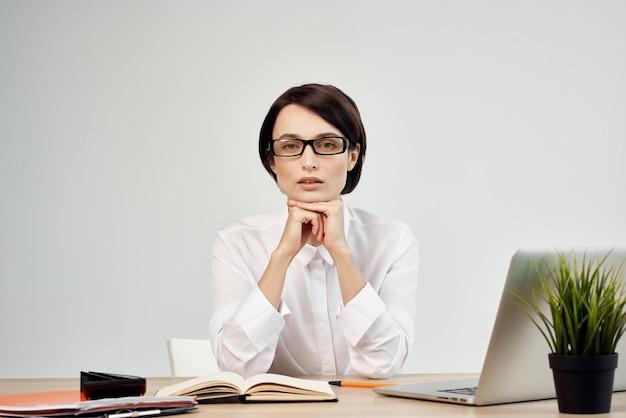 Mulher fantasiada na frente do laptop com óculos de autoconfiança studio lifestyle. foto de alta qualidade