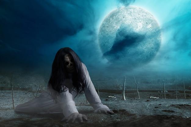 Mulher fantasma assustadora rastejando com fundo de cena noturna. conceito de halloween