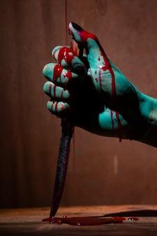 Mulher fantasma ou zumbi segurar faca para matar com violência de sangue em casa de ruína