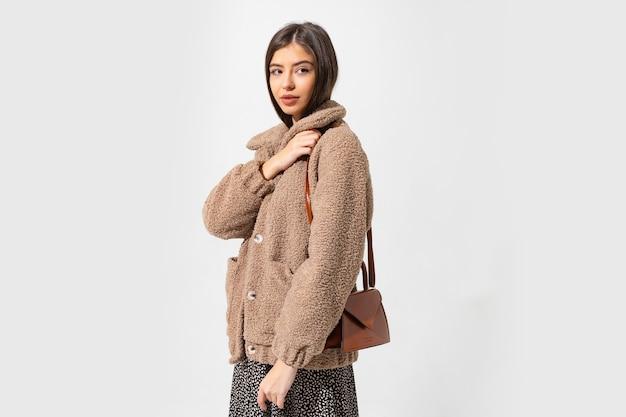 Mulher fascinante posando de casaco de pele de inverno.