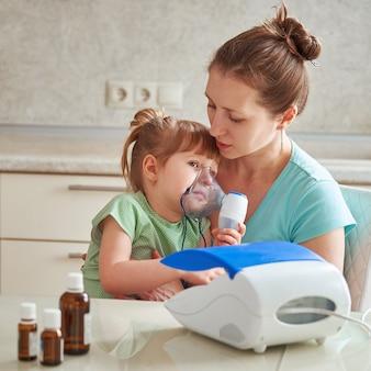 Mulher faz inalação para uma criança em casa