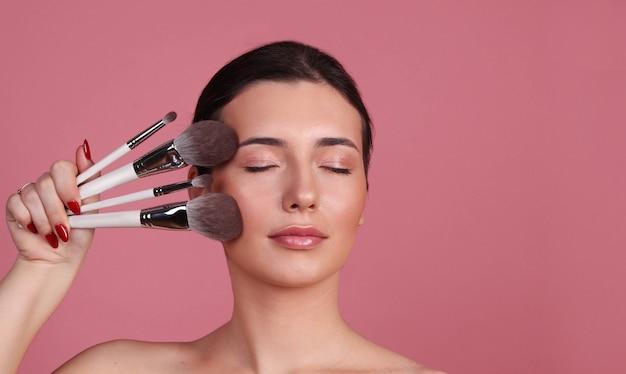 Mulher faz maquiagem, conceito de maquiagem nude