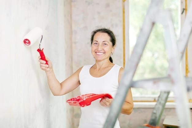 Mulher faz reparos em casa