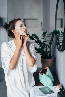 Mulher faz tratamentos de rejuvenescimento facial em casa