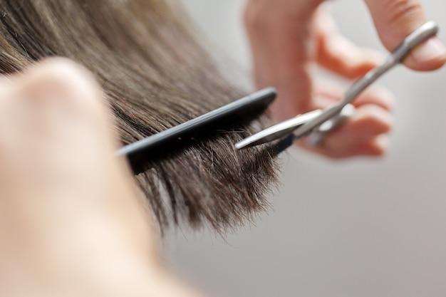 Mulher faz um corte de cabelo