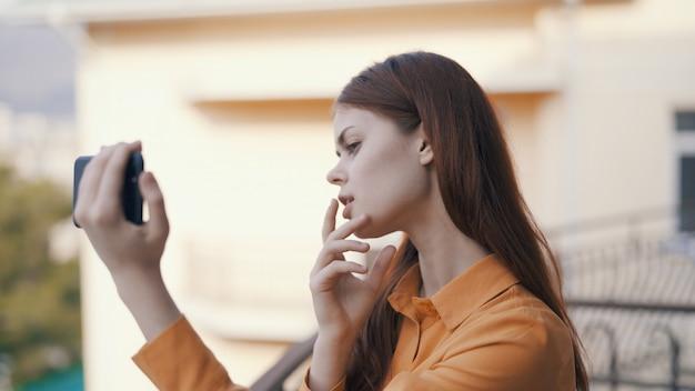 Mulher faz vídeo no telefone